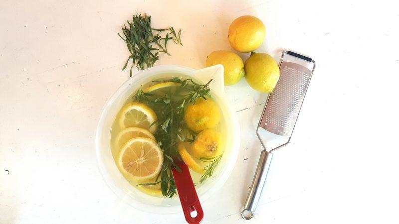 Verfrissende ijsthee met citroen en kruiden